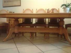 Excellent Condition 8 Seat Oak Wood Dinning Table with Sideboard