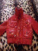 Красная кожаная лаковая куртка