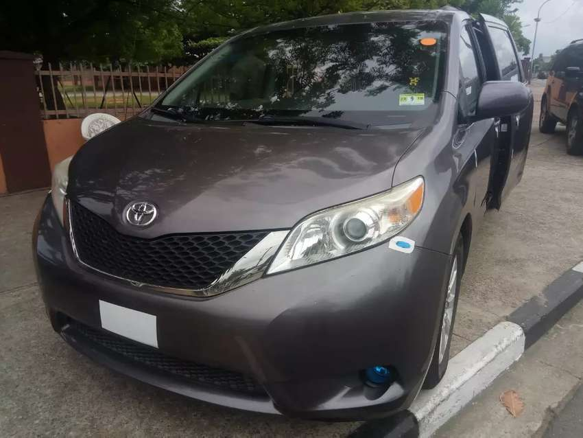 Tincan cleared tokunbo Toyota Sienna 2012 very sharp reverse camera 0