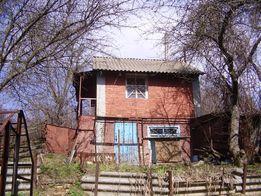 Продается земельный участок с постройками на нем.