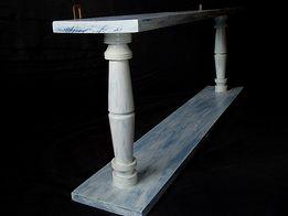 Błękitna drewniana półka po renowacji.