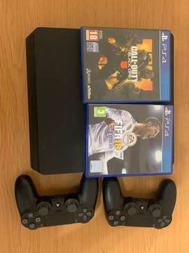 PS4 + 2 games + 2 controllers