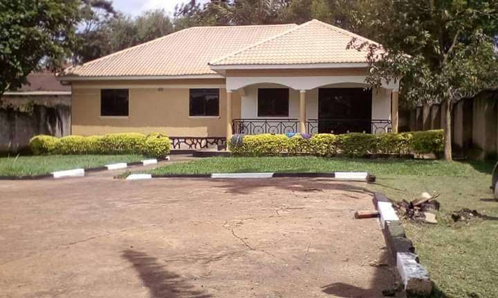House On sale has 4bedrooms sited on 20decimals in NTINDA at 490m 0