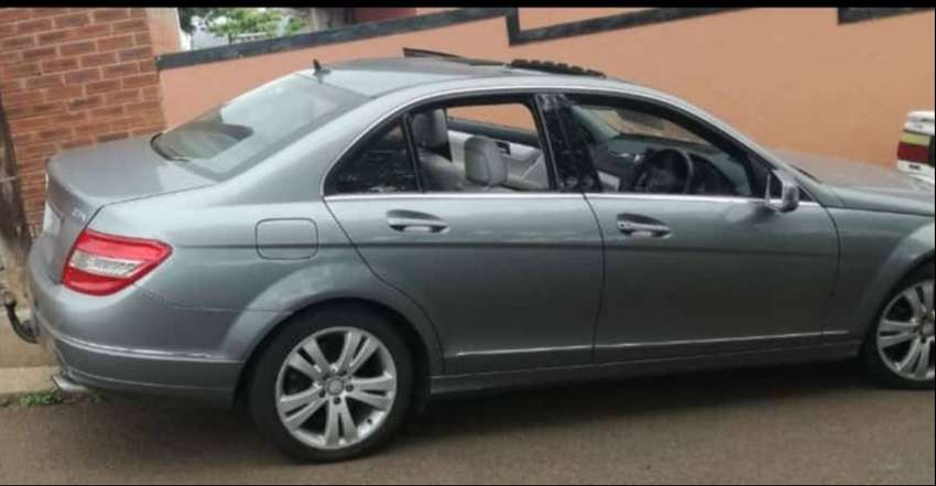 Mercedes Benz c350 avantgarde lady owner with sunroof light on fuel 0