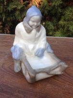 Фарфоровая статуэтка Ребёнок на санках