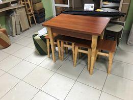 деревянный стол и табуретки