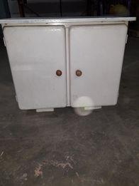 Stara drewniana szafka łazienkowa