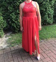 Czerwona sukienka z hokerem, piknym rozporkiem