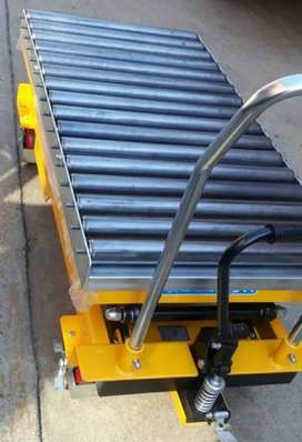 Lifting tables with roller deck