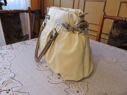 Kremowa torebka elementem złotego