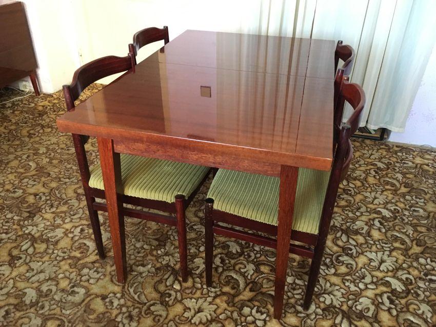 Rozkládací stůl se 4 židlemi 0