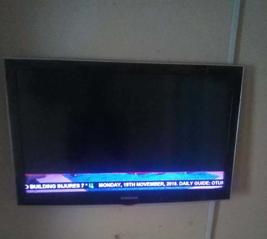 32 inches Samsung TV with a broken screen 0