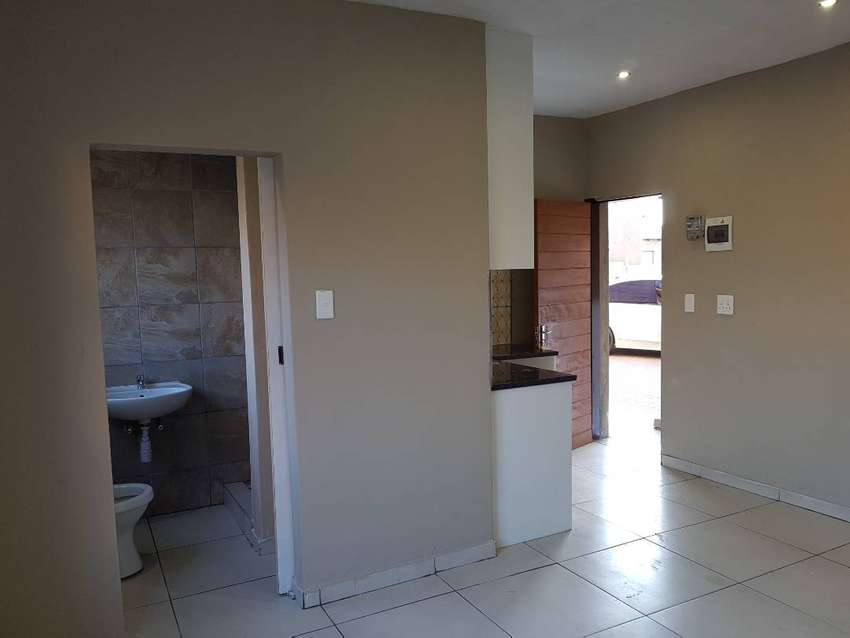 Stunning bachelor apartment in Birch Acres 0