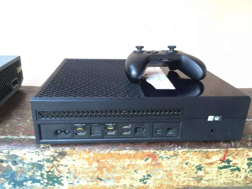 Xbox One with one controller 0