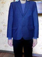 Школьный пиджак темно-синего цвета.