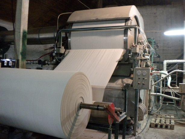 Бумагоделательная машина для производства туалетной бумаги.