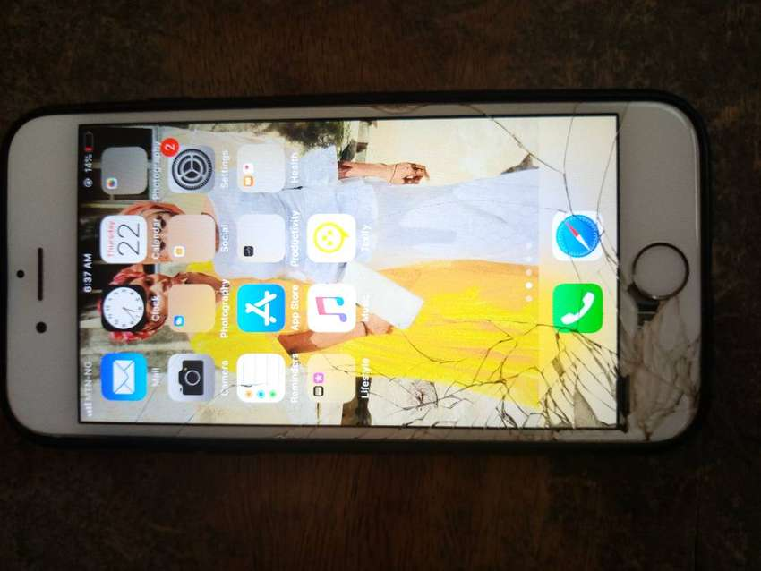IPhone 6 with 36GB with cracked screen 0