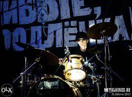 Обучаю игре на барабанах, барабанщик