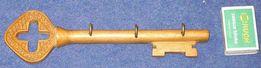 Drewniany wieszak w kształcie klucza p56