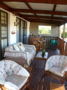 BONZA BAY-UPMARKET PENTHOUSE HOLIDAY HOME FOR THE FESTIVE SEASON