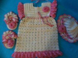 Вязаное детское платье шапочка шапка пинетки платьице набор девочке