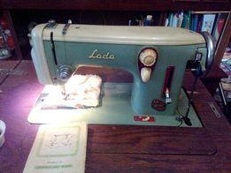 Швейная машина Lada 236, с ножным приводом в дерев.тумбе. Чехословакия