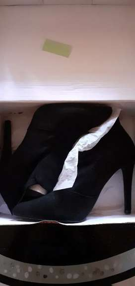 Ladies ankle boot heels size 6 only