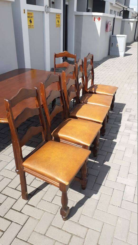 6 seater oak dining table and chairs R10 000 0