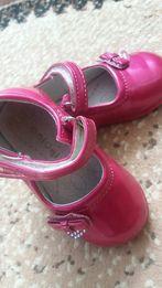 Босоніжки і туфлі