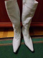 шкіряні зимові чоботи білого кольору.