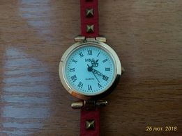 Наручний годинник з довгим шкіряним ремінцем