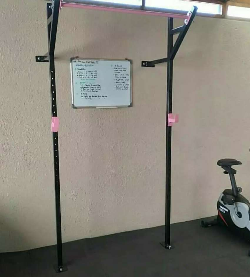 Wallmounted heavy-duty squat rack and pull up bar stations