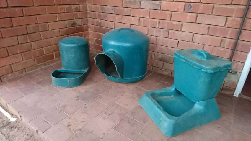 Dog house, water fountain and feeder 0