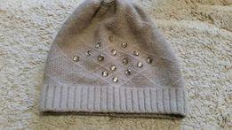 Karmelowa czapka z ozdobnymi kamieniami