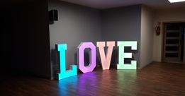 Napis LOVE zmieniający kolor do wynajęcia. Wyróżnij swoją imprezę!