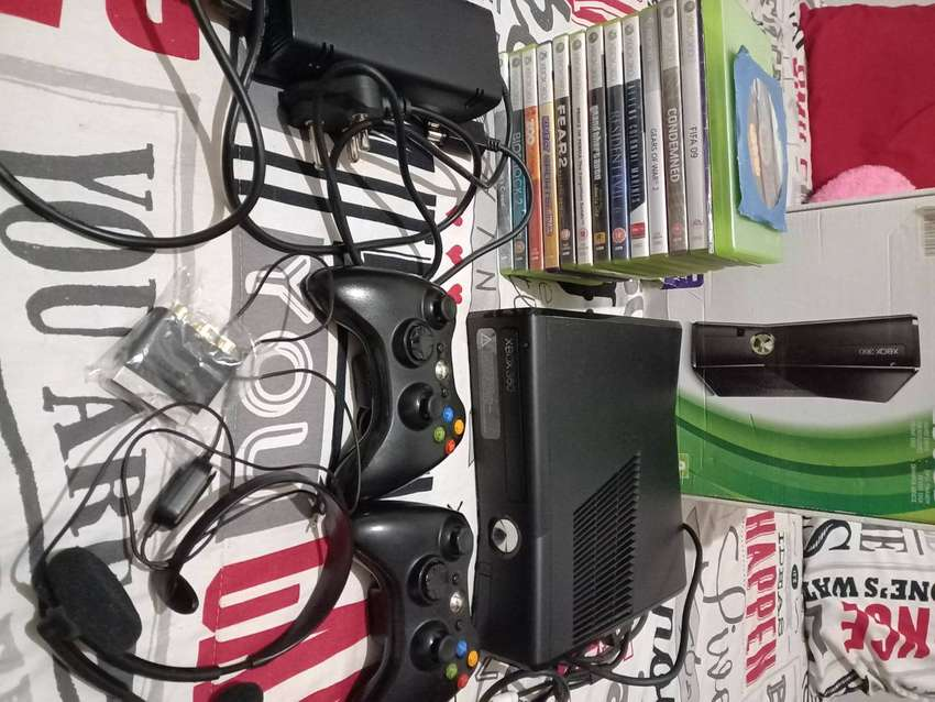 XBOX 360 with 19 Games and 2 Controlers