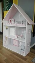 Drewniany domek dla lalek, regał, półka, styl skandynawski