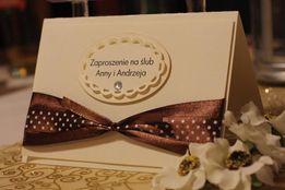 Zaproszenia ślubne ręcznie robione z wstążką w groszki