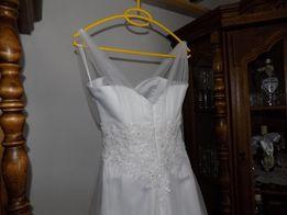 Biała suknia ślubna welon