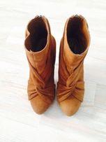 Zamszowe buty Stradivarius