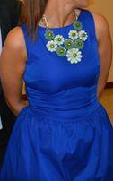 Niebieska sukienka z naszyjnikiem