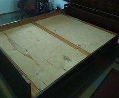 Кровать двуспальная с тумбой для белья в изголовье