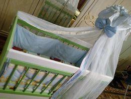 Дитяче дерев'яне ліжко на шарнірах, може використовуватись як колиска.