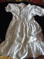 Белое атласное платье с бело-розовыми пайетками