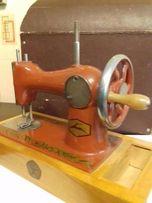 Детская ручная швейная машинка. Металл, дерево. СССР, 1970-1980-е