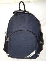 Темно-синий рюкзак Unicol слегка потрепанный, но еще очень прочный и ф