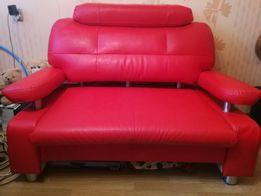 Sofa czerwona w bardzo dobrym stanie. Eko skóra