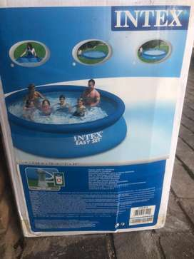 Inflatable pool with pump