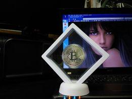 Bitcoin завис? Монета биткоин в рамке, создающей иллюзию невесомости.