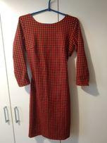 Dopasowana sukienka w pepitkę, gołe plecy